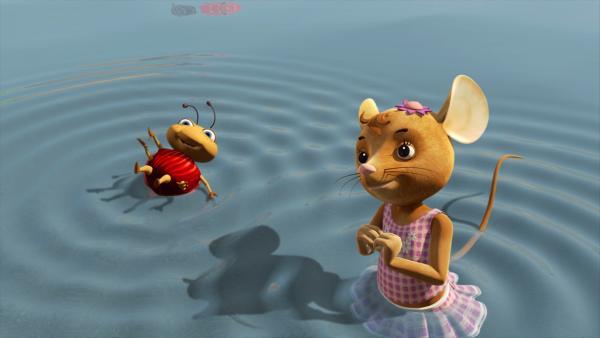 Was kann es Schöneres geben als an einem sonnigen Tag im Wasser zu planschen? Das finden auch Naya und Käfer Ludwig.   Rechte: ZDF/Scopas Medien AG