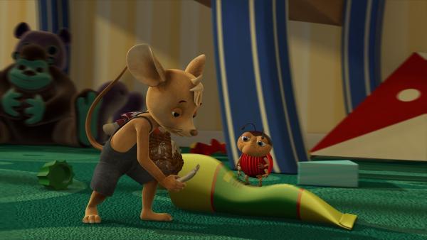 Arm ab! Jo hat aus Versehen beim Piratenspielen Nayas Puppe Rosalie demoliert. Jetzt soll Ludwig helfen, den Puppenarm wieder fest zu kleben. Ob das gut geht?   Rechte: ZDF/Scopas Medien AG