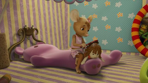 Da hilft auch kein Bürsten mehr. Die Haare von Puppe Rosalie sind total mit Kleber verschmiert und alles nur, weil Jo Pirat mit Rosalie gespielt hat.  | Rechte: ZDF/Scopas Medien AG