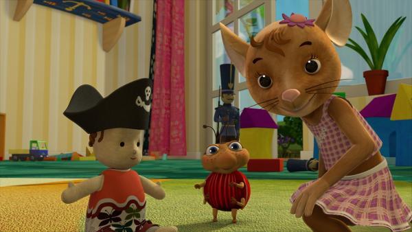 Als Pirat macht sich Rosalie doch auch ganz gut! Das findet Naya jedenfalls und ist ganz glücklich über Ludwigs gute Idee mit dem Piratenhut. | Rechte: ZDF/Scopas Medien AG