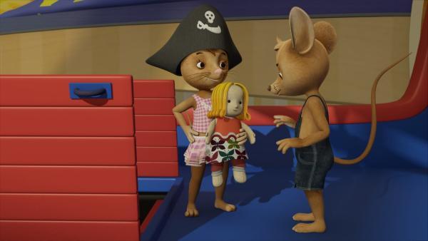 Mit Glitzerhaar ist Puppe Rosalie noch viel schöner! Das findet jedenfalls Naya und sogar Jo muss zugeben, dass Rosalie wirklich hübsch ist. Pirat spielt er demnächst sowieso lieber mit Naya. | Rechte: ZDF/Scopas Medien AG