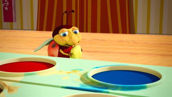 Rot oder Blau oder Grün? Käfer Lu sucht nach seiner Lieblingsfarbe, denn bei den JoNaLus wird heute mit kunterbunten Wasserfarben gemalt.   Rechte: ZDF/Scopas Medien AG