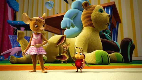 Naya und Käfer Ludwig wundern sich. Wo Jo bloß steckt? Doch der versteckt sich und plant einen kleinen Monsterschrei-Streich. | Rechte: ZDF/Scopas Medien AG
