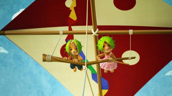 Jahh! Nichts ist schöner als mit dem Drachen durch die Luft zu schweben. Jo und Naya sind begeistert. | Rechte: ZDF/Scopas Medien AG
