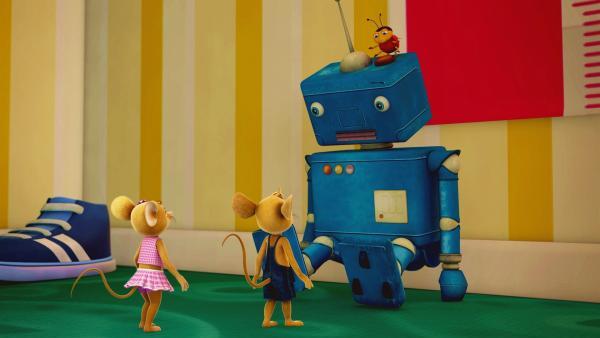 Naya, Jo und Ludwig sind begeistert. Der riesige blaue Kerl ist ein Spielzeugroboter. Was der wohl kann?   Rechte: ZDF/Scopas Medien AG