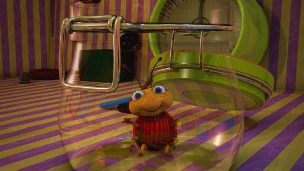 Fröhlich winkt Käfer Lu aus dem Einmachglas. Er hat das ganze leckere Mus aufgeschleckt. Ob Naya und Jo darüber auch so froh sind?   Rechte: ZDF/Scopas Medien AG