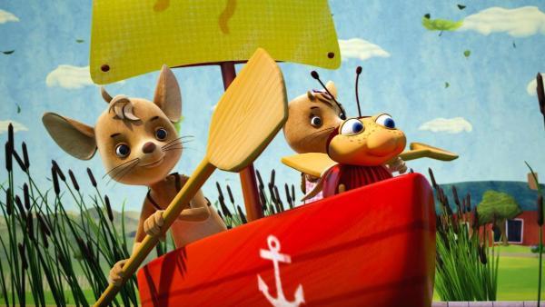 Die drei Freunde machen sich in einem Boot auf die Reise zum Wandertag. | Rechte: ZDF