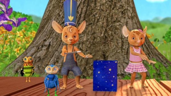 Glühwürmchen Minou (links), Spinne Scotty (zweiter von links), Jo (mitte) und Naya (rechts) stehen vor einem Baum. Jo hat den Hut eine Zauberers auf und hält einen Zauberstab in der Hand. Neben ihm steht eine Zaubererkiste. | Rechte: ZDF