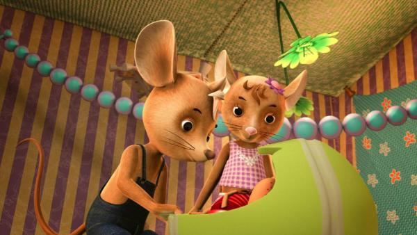 Jo und Naya stehen vor Lu Bett und schauen hinein. | Rechte: ZDF