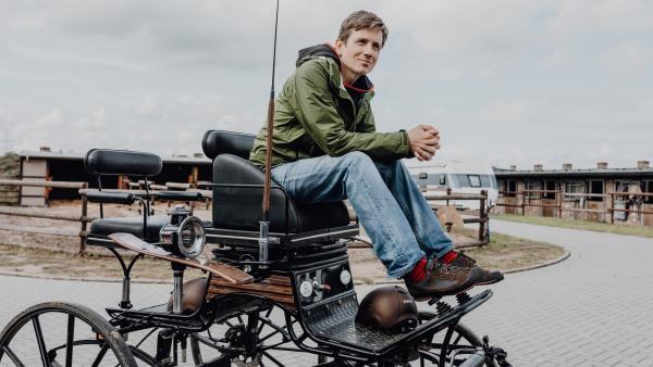 Mit der Kutsche auf den Wettkampf-Parcours – Ob Johannes auch diese Herausforderung meistert? | Rechte: WDR/e+u-tv/Phil Janßen