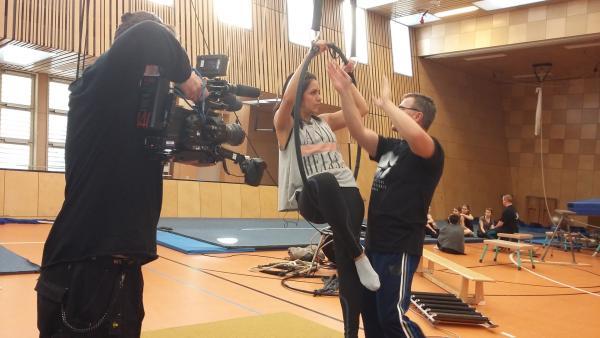 KiKA LIVE-Moderatorin Jess in der Berliner Artistenschule