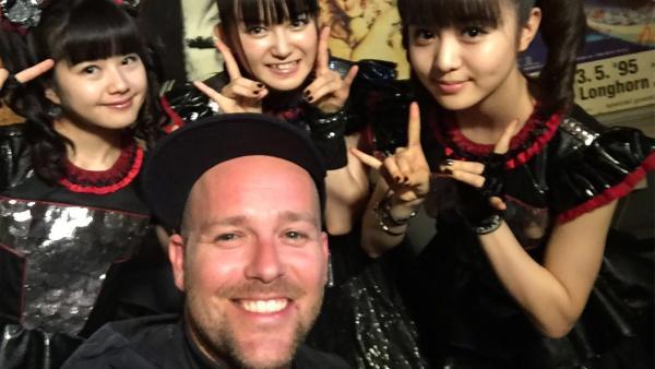 KiKA LIVE-Moderator Ben mit den drei Japanerinnen der Band Babymetal