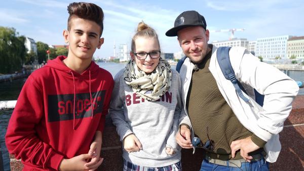 KiKA LIVE-Moderator Ben mit Akram und Millane | Rechte: KiKA/Franziska Gruber
