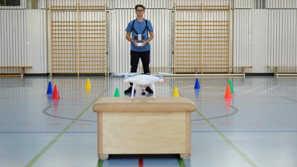 Drohne steuern mit Leander | Rechte: KiKA