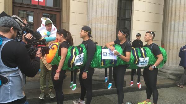 Die Vier wollen als schnellste Raupe ins Guinness Buch der Rekorde. | Rechte: KiKA/Sakina Gaba