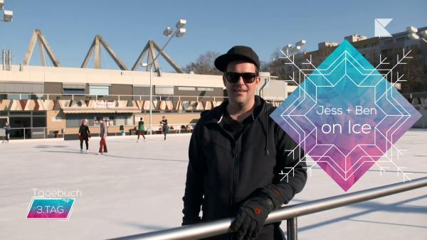 Ben vor einer Eislaufbahn, Logo Jess + Ben on Ice, Insert Tagebuch Tag3 | Rechte: KiKA / Rozhyar Zolfaghari