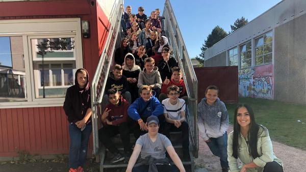 Jess mit den Schülerinnen und Schülern der Stadtteilschule Oldenfelde in Hamburg. | Rechte: KiKAS/ Nicolette Maurer