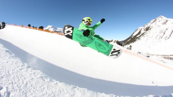 Boarderboy Max beim Sprung mit seinem Snowboard