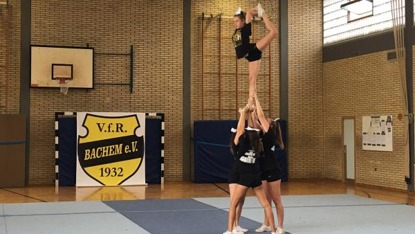 "die ""Lady Aces der Royal Flush Cheerleader des VfR Bachem 1932"" | Rechte: KiKA/Rozhyar Zolfaghari"
