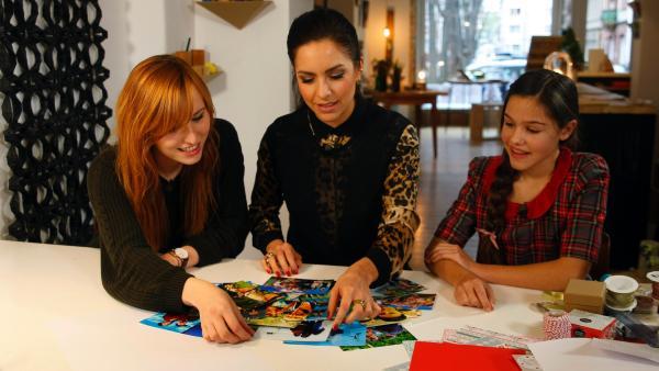 Liz, Jess und Tabitha suchen Fotos aus.   Rechte: KiKA/Mario Gentzel