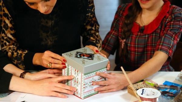 Liz, Jess und Tabitha basteln eine Explosionsbox. | Rechte: KiKA/Mario Gentzel