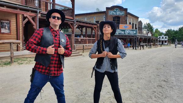 Jess und Ben besuchen eine Western-Stadt | Rechte: KiKA