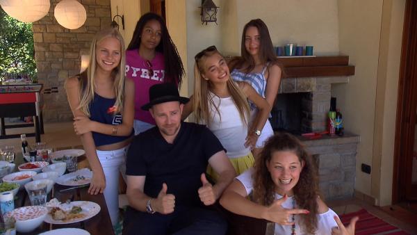KiKA LIVE-Moderator Ben in der Villa der Mädchen-WG | Rechte: KiKA