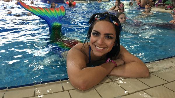 Jess als Meerjungfrau im Otilienbad Suhl | Rechte: KiKA