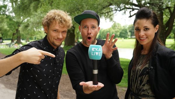 KiKA LIVE-Moderator Ben mit Mentalmagier Thommy Ten und Amélie van Tass