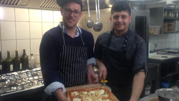 KiKA LIVE-Moderator Ben mit Pizzamesiter  Nicola Diana