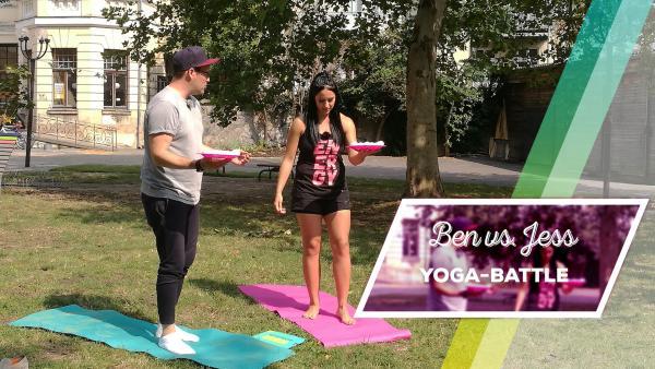 Ben und Jess auf Yogamatten mit einem Teller Eier in der Hand. | Rechte: KiKA/Regina Bührer