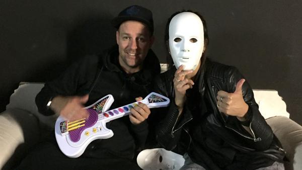 Ben und Jess im Schwarzlichttheater. | Rechte: KiKA/Clarissa Corrêa da Silva