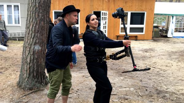 Jess probiert sich an der Steady-Cam aus.   Rechte: KiKA/Norman Schenk