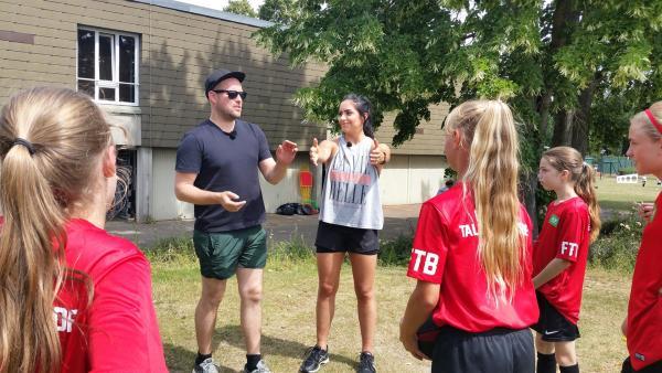 Ben und Jess bei den Fußball-Mädels des Mädchen-Camps. Es geht erstmal mit einer kleinen Erwärmung los. | Rechte: KiKA/Tina Wilß