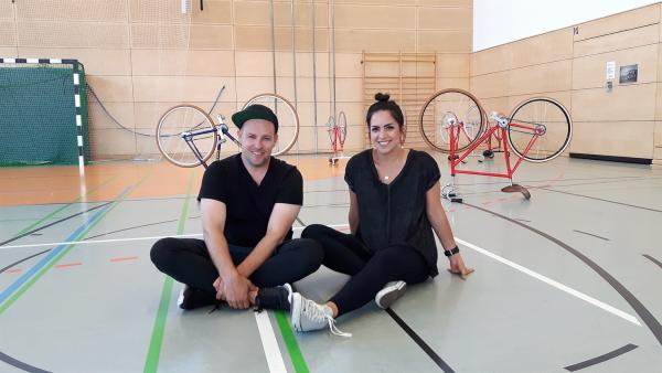 Ben und Jess wollen heute das Kunstradfahren ausprobieren. | Rechte: KiKA/Grit Häfer