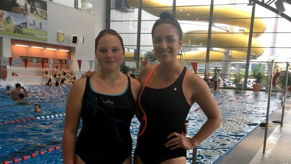 Laura aus Bielefeld fordert Jess im Rettungsschwimmen heraus. Die Schülerin schwimmt seit zehn Jahren und hat bereits einen Rettungspass der DLRG. | Rechte: KiKA/Sakina Gaba