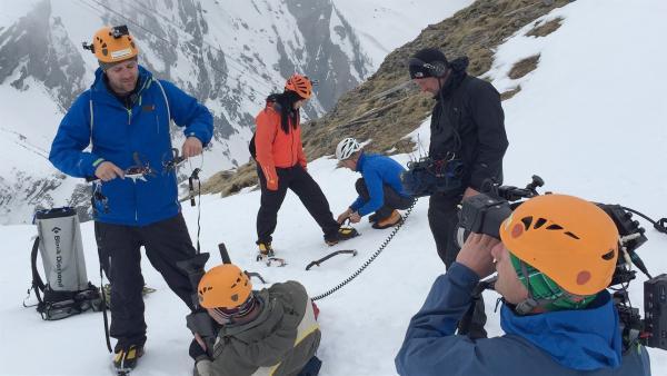 An ihrem dritten Tag im Schnee müssen die KIKA LIVE Moderatoren sich der anstrengendsten Aufgabe stellen: Die Schweizer Alpen sind auch ein Eldorado für Extremsportler die senkrecht gefrorene Wasserfälle raufklettern! Die Vorbereitung zum Eisklettern laufen hier mit professionellem Equipment. | Rechte: KiKA/Andrea Thoben