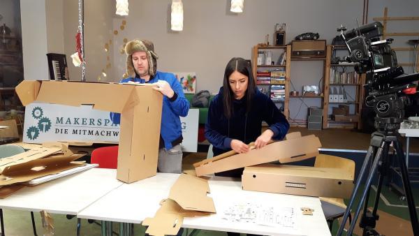 Jess und Ben bekommen mysteriöse Pakete. Aber was ist in den Boxen? Und wozu soll das gut sein? Jess und Ben stellen sich der Herausforderung: auspacken, aufbauen, austesten! | Rechte: KiKA/Grit Häfer