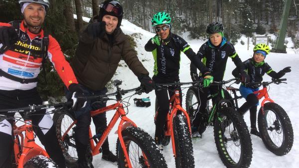 Ben ist für euch im bayrischen Ruhpolding unterwegs, um denTrend des Fatbike fahrens im Schnee , der vor allem Extremsportler begeistert, auf Herz und Nieren zu testen. | Rechte: KiKA/Björn Pollock