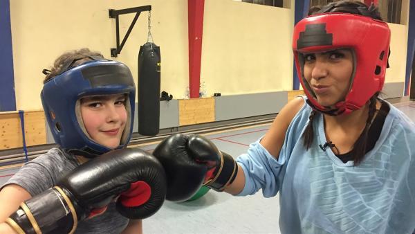 Madita hat ein ungewöhnliches Hobby: Seit einem Jahr geht sie zweimal pro Woche zum Boxen. Mal sehen, wie sich Jess im Ring mit Madita schlägt. | Rechte: KiKA/Nicolette Maurer