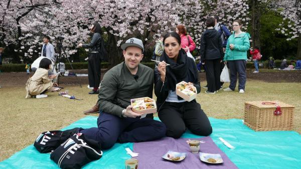 Jess und Ben erfüllen sich einen Traum: Sie reisen zum ersten Mal nach Japan! In der Megametropole Tokio entdecken sie die japanische Kultur – von traditionell bis total schräg. | Rechte: KiKA/Stephanie Paersch