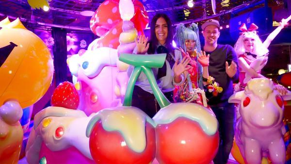 Schräg beginnt für Jess und Ben der erste Tag in Tokio: im Kawaii Monster Café, einer typisch japanischen, knallbunten Bonbonwelt mit Kellnern im Manga-Look. | Rechte: KiKA/Stefanie Jung