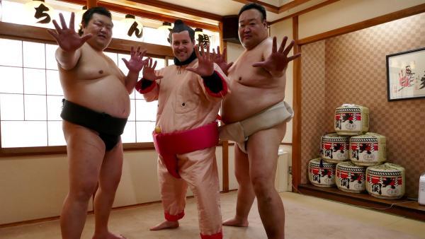 Ben versucht sich heute als Sumo-Ringer. | Rechte: KiKA/Stefanie Jung