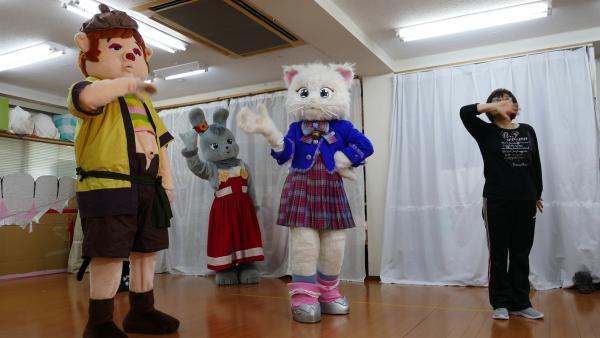In Tokio gibt es die weltweit einzige Maskottchen-Schule. Jess und Ben steht ein hartes Training bevor: Tanzen, Pantomime und Schwitzen in den plüschigen Kostümen. | Rechte: KiKA/Stefanie Jung