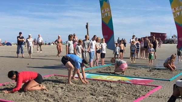 Es geht heiß her am Strand von St. Peter-Ording. Schaffen es Ben und Jess bei der finalen Strandschlacht ihre Ehre zu retten? | Rechte: KiKA/Rozhyar Zolfaghari