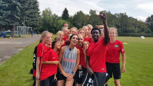 Zeit für ein Selfie mit Jess finden die Mädels immer! | Rechte: KiKA/Tina Wilß