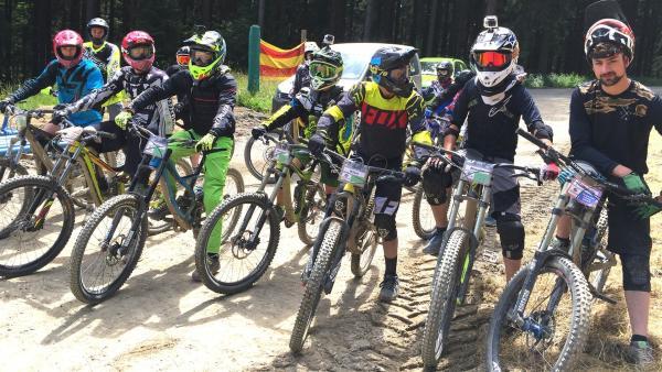 Die Bikerjungs warten gespannt auf die Ankunft von Ben und Jess im Bikecamp Winterberg. | Rechte: KiKA/Clarissa Corrêa da Silva