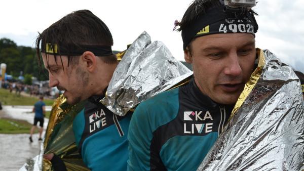 Auch MArti und André sind froh, dass sie es zusammen mit dem Team geschafft haben. | Rechte: KiKA/Lisa Dimmerling
