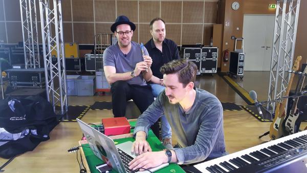 Ben versucht zusammen mit dem Youtuber und Musik-Alleskönner Marti Fischer beim Händel Experiment ein eigenes Lied zu komponieren. | Rechte: KiKA/Grit Häfer