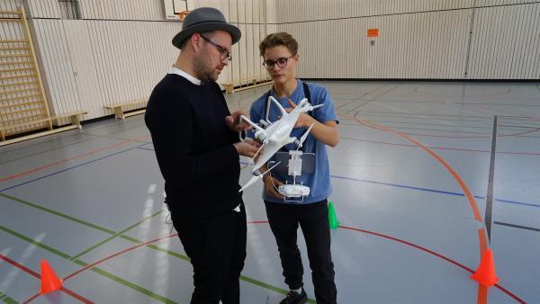 Ben trifft Leander, einen der jüngsten Drohnenpiloten Deutschlands und bekommt von ihm einen Crashkurs im Drohnenfliegen. | Rechte: KiKA/Franziska Gruber